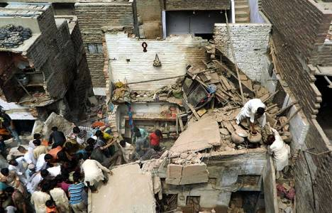 Pakistan'da bina çöktü: