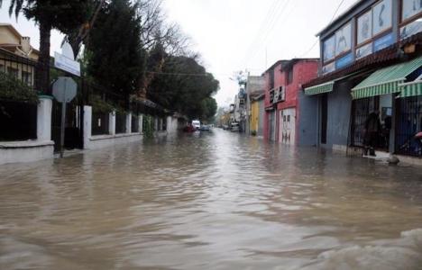 İzmir'de sağanak yağış nedeniyle bazı evleri su bastı!