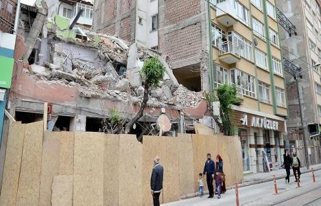 Eskişehir'de bina yıkımı sırasında yan binanın duvarı yıkıldı!