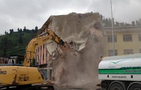 Rize Muradiye'deki 4 katlı bina yıkıldı!
