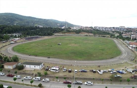 Gölcük'te deprem enkaz alanında artık at yarışları yapılıyor!