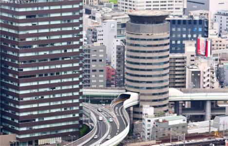 Japonya'daki Gate Tower binasının içinden otoyol geçiyor!