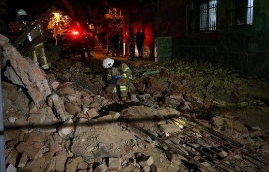 Beyoğlu'nda terk edilmiş bina çöktü!