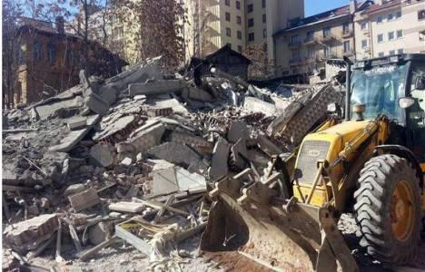Ankara'da yıkım sırasında çöken bina gecekondunun üzerine devrildi!