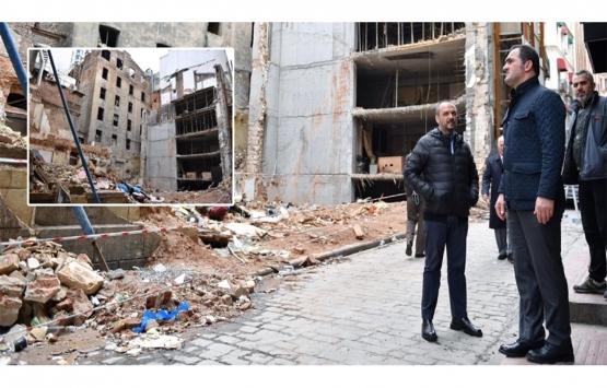 Beyoğlu'nda ön cephesi çöken bina yıkıldı!
