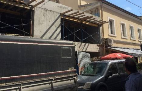 Tarihi Fransız Geçidi İş Merkezi'nin çatı katının bir kısmı yıkıldı!