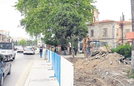 Alsancak'ta TCDD'ye ait bahçe duvarı yıkılıyor!