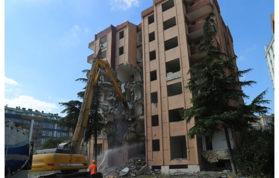 Büyükçekmece'deki 8 katlı bina kentsel dönüşüm kapsamında yıkıldı!