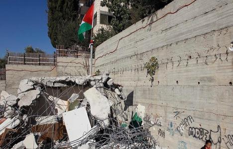 İsrail Filistinlilere ait binayı yıktı!