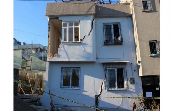 Çukurova'daki riskli iki katlı ev yıkıldı!
