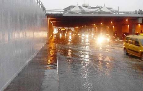 İzmir'deki yağış nedeniyle Konak alt geçidi sular altında kaldı!