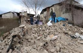 Elazığ'da iki katlı kerpiç ev çöktü!