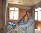 Rize İkizdereli Mustafa Çilo, evinden geçirdiği telefon hattına ikinci katta beton döktü!