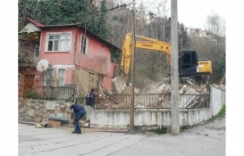 İzmit'te tehlike oluşturan yapı yıkıldı!