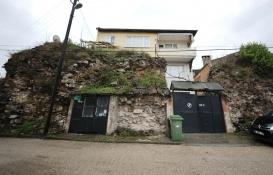 Bursa'da tarihi surların üzerine ev yapmışlar!