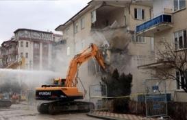 Elazığ'daki 4 katlı bina depremden sonra çöktü!