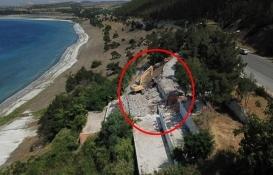 Salda Gölü kıyısındaki bir kaçak yapı daha yıkılıyor!
