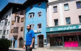 Avusturya'da Trabzonspor taraftarı tarihi binayı bordo maviye boyadı!