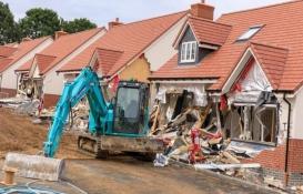 Maaşını alamayan inşaat işçisi vinçle binaları yıktı!