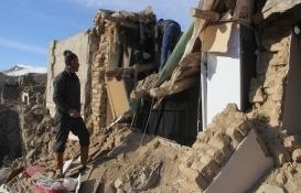 Van'da depremde yıkılan binaların enkazı kaldırılıyor!