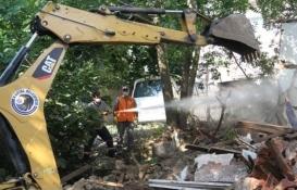 Kartal'da madde bağımlılarına mesken olan metruk bina yıkıldı!
