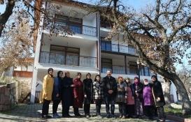 Kirada oturan Belediye Başkanı Ali Aykurt, lojmanını üretici kadınlara tahsis etti!