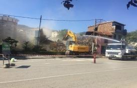 Bursa Ebu İshak'ta metruk binalar yerle bir!