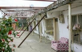 Antalya Muratpaşa'da evler zeminin göçmesiyle yana ve öne doğru yatmaya başladı!