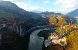Çin dünyanın en büyük kemerli demiryolu köprüsünü inşa etti!