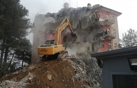 Depremde hasar gören Sivrice İlçe Emniyet Müdürlüğü binası yıkılıyor