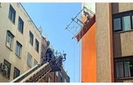 Mersin'de iş kazası: inşaat işçisi havada asılı kaldı!