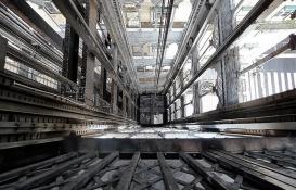 Chicago'daki gökdelenin asansöründe mahsur kalan 6 kişi 84 kat düştü!