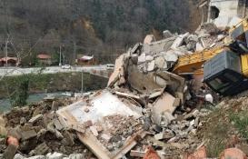 Trabzon'da bina kepçenin üzerine yıkıldı!