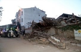Kastamonu'da 3 katlı tarihi ahşap bina çöktü!