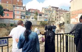 Bağcılar'daki riskli 2 bina yıkıldı!
