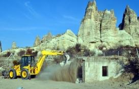 Kapadokya'da üzeri toprakla örtülen kaçak yapı yıkıldı!