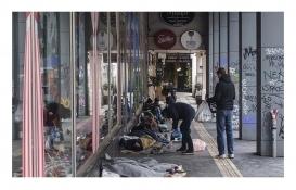 Atina'da evsizler koronavirüs tehlikesiyle yaşıyor!