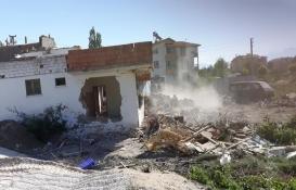 Isparta'da yol ortasında kalan ev yıkıldı!