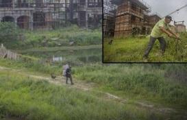 Çin'in hayalet şehrinde tek başına yaşıyor!