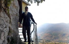 Miroslav Pavlovic kayalığa inşa ettiği evde doğayla iç içe yaşıyor!