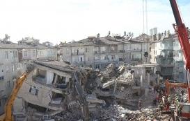 Malatya'da ağır hasar alan binadaki daireler boşaltılıyor!