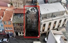 Tarihi Avrat Taşı iki bina arasında yok oluyor!