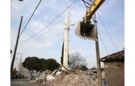 Manisa'da depremde ağır hasar gören minare yıkıldı!